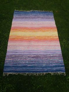Ihan hetkeen en olekaan kiikkalaista tehnyt, joten kyllähän nyt olikin jo taas aika. Tää on vaan niin hauska tekniikka Picnic Blanket, Outdoor Blanket, Weaving Projects, Tear, Loom Weaving, Carpet Design, Recycled Fabric, Weaving Techniques, Rugs On Carpet