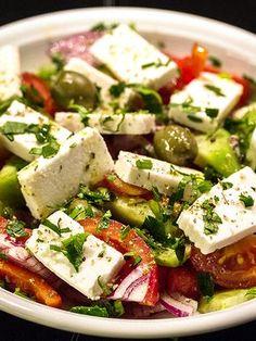 """Jeder Griechenland-Reisende kennt ihn, den """"Greek Salad"""" – Griechischer Bauernsalat, χωριάτικη σαλάτα (Choriatiki Salata), ist weltberühmt und wird überall im Land serviert. Sein Geheimnis liegt nicht in der Zubereitung, sondern in der Qualität und Frische der Zutaten. #Choriatiki #griechischersalat #salat #feta #tomaten #gurke"""