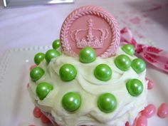 Cupcake decorated with pink fondant Crown (6291), green Sixlets™ and jelly beans
