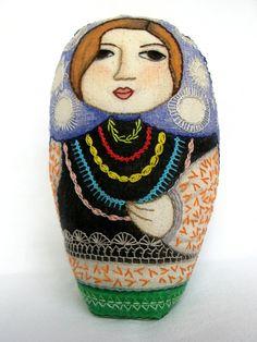 Ariela, una matrioska sofisticada. Embroidered matryoshka doll.