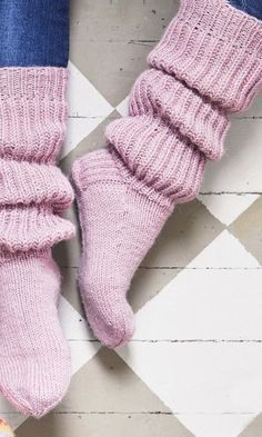 Inspiring recommendations that we take great delight in! Cable Knit Socks, Woolen Socks, Knitting Socks, Hand Knitting, Lace Knitting Patterns, Knitting Charts, Knitting Stitches, Frilly Socks, Leggings