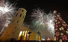 Fogos de artifício iluminam o céu da Praça da Catedral em Vilnius, na Lituânia