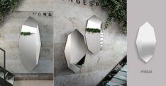 La sua forma particolare permette a questo specchio moderno di essere applicato alla parete in diversi giochi di posizione, combinato per creare forme geometriche di grande stile.