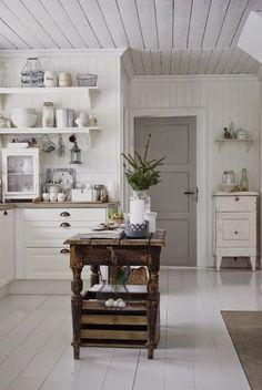 Mooie cottage keuken. Fantastische keuken in grijs wit. Gezellig huis. Boho mooi. Witte zithoek met pallett...