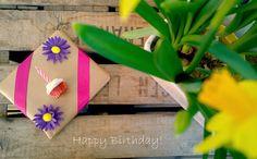 Easy way to bright up your b-day giftwrapping is to add a little cupcake with candle on to it! Super cute, isn't it? Söpö pieni kuppikakku lahjapaketin päällä on helppo ja nopea tapa lisätä pakettiin vähän väriä!