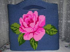 Un bolso muy bonito Tapestry Bag, Tapestry Crochet, Bag Pattern Free, Macrame Bag, Patchwork Bags, Handmade Bags, Quilt Making, Plastic Canvas, Purses And Bags