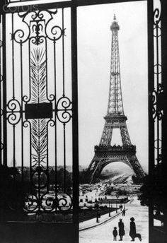 View of the Eiffel Tower in Paris on the day of the German occupation of the city, 14 June 1940. Photo: Berliner Verlag/Archiv