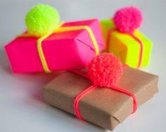 Pom Pom avvolgimento Pack — Triple pack a mano Neon giallo/rosa/arancio lana pon pon, Neon Gift Wrap & marrone confezione regalo — avvolgimento idea