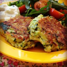 Courgette fritters by My lovely little lunch box. Love this recipe and it's a firm favourite with the children. Sweet Corn Fritters, Pea Fritters, Veggie Side Dishes, Vegetable Dishes, Vegetable Recipes, Zucchini Pancakes, Zucchini Fritters, Baby Food Recipes, Cooking Recipes