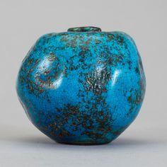 HANS HEDBERG. Vas, starkeldsfajans, sign. Rund oregelbunden form, indragen mynning. Turkosaktig glasyr. H 6 cm.