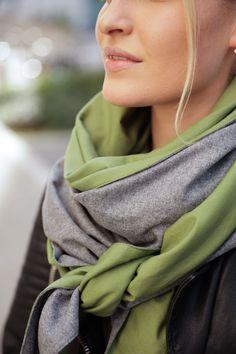 Schal aus feinstem Loden aus 100% Merinowolle. Das Schultertuch besticht durch ein angenehmes Tragegefühl. Das Dreieckstuch ist personalisierbar durch ein individuelles Monogramm und somit ein perfektes Geschenk. Passend zum modernen Outfit und zu Dirndl und Tracht.----- Shawl made from finest loden from 100% merinowool.  Scarf, shoulder scarf. Suitable to modern outfits and traditional clothes like dirndl. Perfect personalised Gift. #scarf #austriandesign #merinowool Moderne Outfits, Elegant, Minimal, Casual Outfits, Gift Ideas, Gifts, Fashion, Special Gift For Boyfriend, Confident Woman