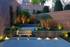 jardin asiatique avec clôture en bois massif, déco en gravier et galets et revêtement de sol en pierre grise