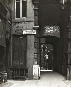 Pubs in London , a century ago . George & Vulture, City of London Pubs In London, Old London, London City, Old Pictures, Old Photos, Vintage Photos, Vintage Stuff, Victorian London, Vintage London