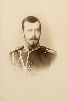 Czarevich Nicholas, depois, Nicolau II. Ele está olhando um pouco para a direita e está vestindo uniforme militar com uma medalha. Em 1891.