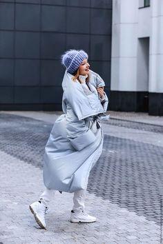 Модные женские пуховики сезона осень-зима 2019/2020 года | Новости моды White High Top Sneakers, White High Tops, Blue Puffer Jacket, Chic Winter Outfits, Street Looks, Cooler Look, White Skinny Jeans, Lookbook, Autumn Winter Fashion