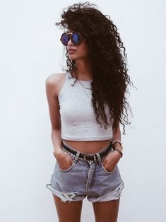 Look do dia Hotpants Jeans, Selfies Poses, Denim Shorts Style, Preppy Casual, Fashion Sewing, Women's Fashion Dresses, Ideias Fashion, Curly Hair Styles, Fashion Beauty