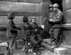 1944, Des officiers US parlent avec des femmes sous uniformes allemands POWs