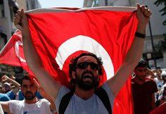 Des supporters de Recep Tayyip Erdogan manifestent à Istanbul au lendemain du coup d'Etat raté.