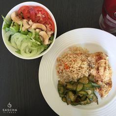 """""""Este es un almuerzo ideal para mejorar salud y composición corporal, contiene proteína magra, pechuga de pollo, carbohidrato complejo que es el arroz…"""""""