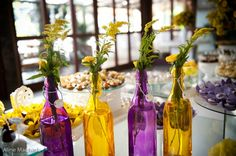 DECORAÇÃO: Garrafas transparentes com flores   http://modaefeminices.com.br/2014/11/14/decoracao-garrafas-transparentes-com-flores/