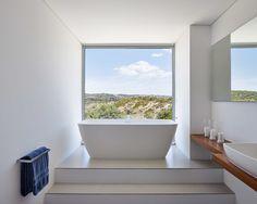 Von der freistehenden Badewanne, die auf einem Podest inszeniert wurde, kann man die grandiose Aussicht genießen. Stilvoller kann man wohl kaum baden. https://www.homify.de/ideenbuecher/30017/high-end-villa-mit-traumblick