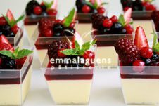 Mousse de chocolate blanco y frutos rojos Small Desserts, Mini Desserts, Delicious Desserts, Dessert Boxes, Dessert Buffet, Dessert Shooters, Love Eat, Mini Foods, Cookies And Cream