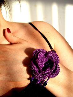 Big flower crochet bracelet, via Flickr.