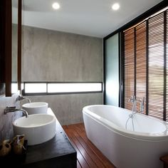 Uma banheira luxuosa e confortante é um toque a mais que a Versato pode dar em sua vida. Venha conferir as novidades de nosso showroom. #minhacasaversato #meubanheiroversato