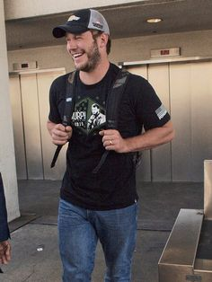Star Tracks: Tuesday, April 14, 2015 | WHAT'S SO FUNNY? | Chris Pratt, who stars in the upcoming Jurassic World, cracks up while arriving to LAX on Monday.