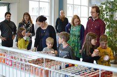 Kutsuvierasavajaisissa oli paljon lapsiperheitä. Lapsivieraat tuntuivat olevan erityisen innostuneita herkkutarjoiluista.Tiedekeskus Tietomaa, Luuppi, Oulu (Finland)