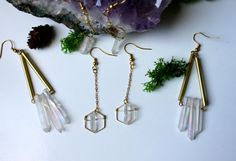※ Tiny quartz in hexagone  ※ Total lenght : 5.5 cm Material : Brass gold ton. Quartz come from Asia.  ※Each stone is different, there may be