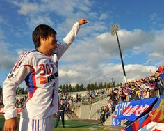 [ J1:第27節 札幌 vs F東京 ] 試合後、勝負を決める2点目のゴールを奪った大竹が遙々札幌まで駆けつけたサポーターに勝利の「シャー」。FC東京はこれで5連勝となった。  2008年9月28日(日):札幌厚別公園競技場