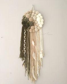 Le PoomDream I est un attrape-rêves d'environ 26/30cm de diamètre , entièrement fait à la main. Composé de pompons de laine.Les coloris sont aux choix en fonction de vos envies. Le modè...