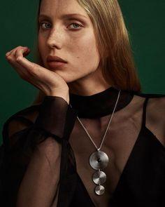 Viileän hopean ja lämminhehkuisen Itämeren meripihkan yhdistelmä luo näyttävään Kosmos-riipukseen jännitettä ja dramatiikkaa. Papuketjussa säädettävä pituus 45/42 cm. Papukaijalukko. Saatavissa myös pronssisena. Jos ketju on sinulle liian lyhyt, saat siihen kätevästi lisää mittaa erikseen myytävälläjatkopalalla. Jatko Pearl Necklace, Pendant Necklace, Pearls, Jewelry, Fashion, String Of Pearls, Moda, Jewlery, Jewerly