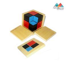 Cubo binominal. Caixa de madeira que inclui:  8 cubos de madeira, pintados de vermelho, azul e preto. A caixa contem reentrâncias que permitem uma fácil abertura.
