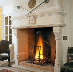 Grande cheminée en pierres digne d'un vieux manoir aristocratique
