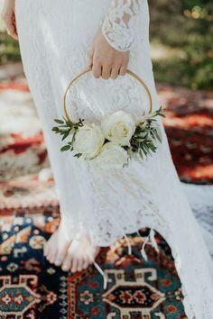 Hoop bouquet sposa è il mazzo di fiori più originale del 2018! Il nuovo trend che ti farà risparmiare, perché necessita di pochi fiori e può essere bello anche con le sole foglie. Sul sito 20 bouquet sposa ad anello favolosi con cui spendere meno ed essere originale