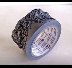ガムテープのロールに、彫刻を施すとこうなる。   ひらめき箱