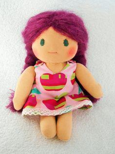 Poupée Waldorf ( de chiffon, de tissus) fait-main cheveux violine, fruits des bois robe pomme@petites-chiffonneries : Jeux, jouets par petites-chiffonneries