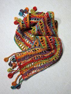 Mehrfarbige häkeln-Schal mit Wellenmuster und Disk Fringe.