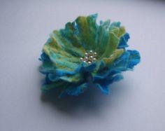 Filzblumen Sie Blume Brosche-Filz-Blume Pin gefilzt Brosche verfilzt Wolle - Wolle gefilzt Blumen Geschenk Frauen-weiß  Dieser fühlte sich Blumenbrosche besteht aus Merino-wolle. Brosche mit Perlen und Perlen bestickt. Es hat eine Sicherheitsnadel zurück PIN zu Ihrem Schal, Strickjacke, Kleid, Pullover, Tasche, Hut... Ich habe dieses Modell in anderen Farben, nur die Farben Wich wenden, die Sie mögen.  Größe: Ca. 10cm (4 Zoll)…
