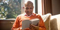 Un hombre leyendo la Biblia
