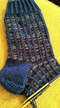 Me Naiset – Blogit | Sukkasillaan – Siniset sukat Knit Or Crochet, Knitting Socks, Leg Warmers, Free Pattern, Tights, Stockings, Elsa, My Favorite Things, Sewing