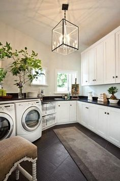 laundry room ideas for design and decoration Slate floor and coordinating surface on countertop, white cabinets, glass chandelier Modern Laundry Rooms, Laundry Room Design, Laundry In Bathroom, Laundry Art, Small Laundry, Laundry Decor, Laundry Baskets, Design Kitchen, Large Laundry Rooms