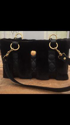 e10dbcbd802f Sort lækker lammeskinds taske med sort mink fra Design by Royberg ❤️