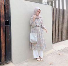 Style hijab casual kondangan new ideas Mode Abaya, Mode Hijab, Style Simple, Hijab Fashion Inspiration, Muslim Dress, Casual Hijab Outfit, Casual Pants, Muslim Fashion, Modest Dresses