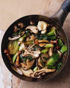Oriental mushroom and pak choi stir-fry delicious magazine Chinese Vegetable Stir Fry, Chinese Vegetables, Fried Vegetables, Chicken And Vegetables, Tofu Stir Fry, Asian Stir Fry, Veggie Stir Fry, Col China, Homemade Stir Fry