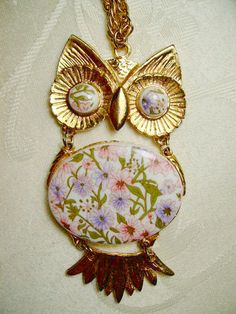 LOVE -Not your usual 1970′s owl necklace, this beautiful bird has a floral insert in front.