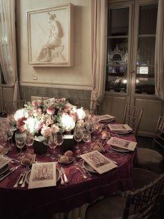 Tavolo con centrotavola, nella stupenda sala del palazzo reale di Venezia, in vista dalla finestra la Basilica di San Marco Matteo Corvino set Desiner #table, #decor, #wedding, #location, #miseenplace, #venice, #sanmarco