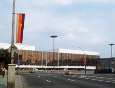 """Konzerte, Bars und ja, auch Politik: Ab 1973 ließ die DDR-Führung am Marx-Engels-Platz den modernen """"Palast der Republik"""" errichten. Er war gleichzeitig Sitz der Volkskammer und Vergnügungsort der DDR-Bevölkerung. (© picture-alliance/dpa)"""